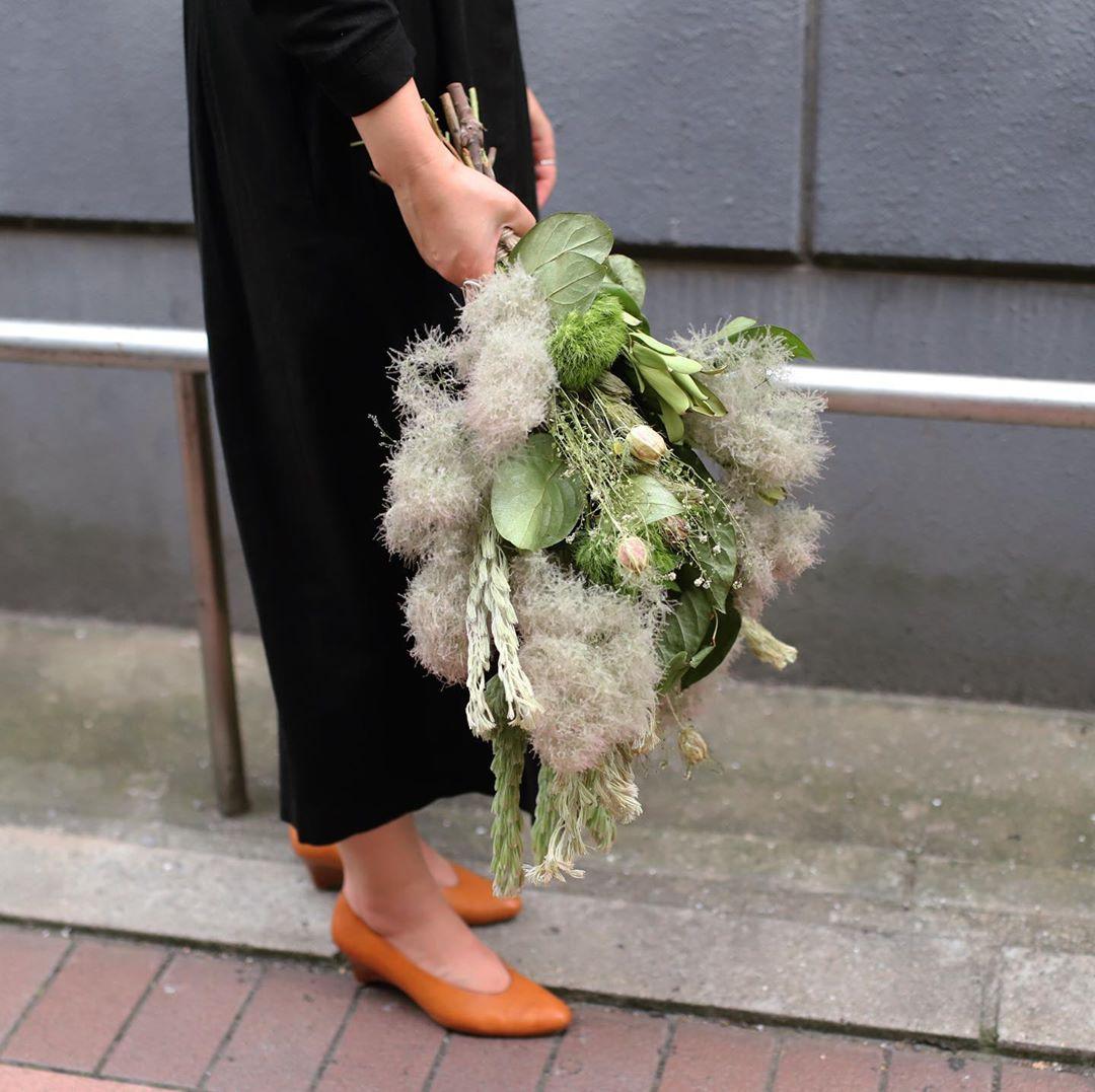 もふもふとした細い針状の葉を、白い毛が覆っているオーストラリア原産のグリーン。「ウーリー」は英語の「woolly」からきていて「羊毛のような」という意味を持ちます。同じくふわふわとして印象のスモークツリーとの相性も良いので、ボリュームを持たせたスワッグにすることができます。