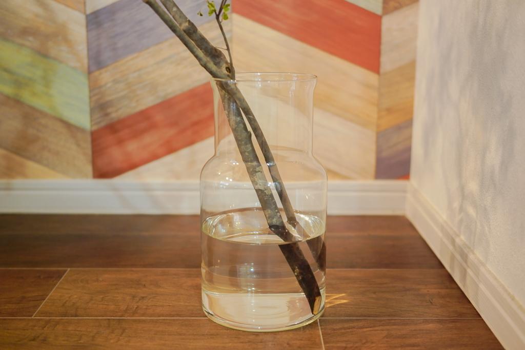切り花と比べて枝物は大ぶりなものが多いため、ひとつ、枝物に適したフラワーベースを持っておくと良いでしょう。
