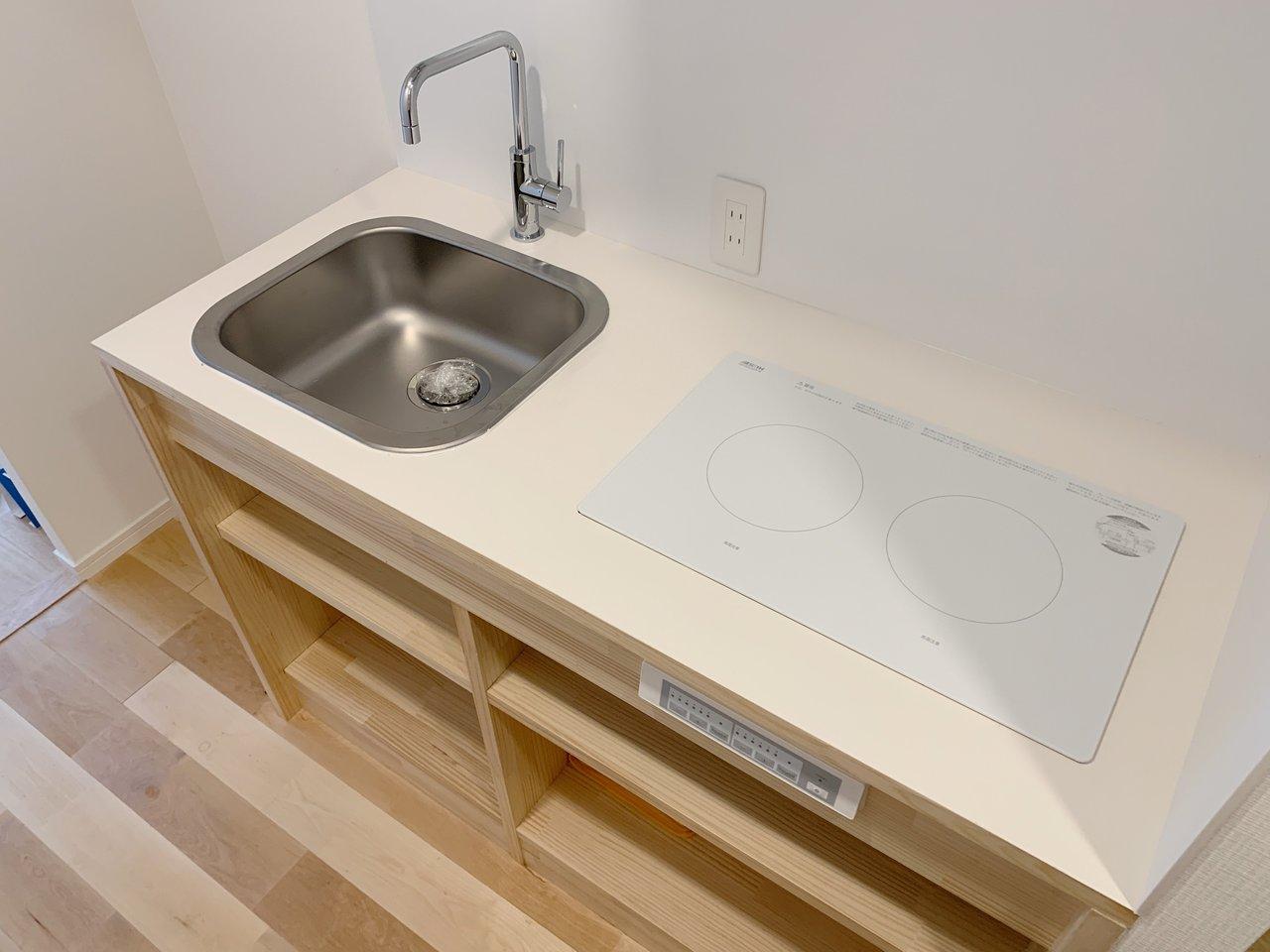 キッチンはシンプルながら、収納スペースと2口コンロもついています。お部屋の雰囲気にもぴったり合っているので、自炊をするのが楽しくなりそうです。