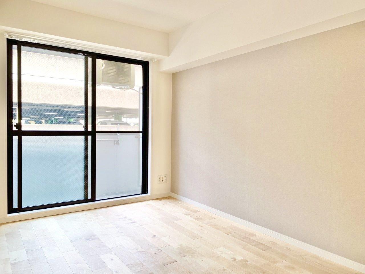 落ち着いた色味のアクセントクロスがあるリビングは、6.8畳。床材は明るい印象のパーチ材を使用しています。