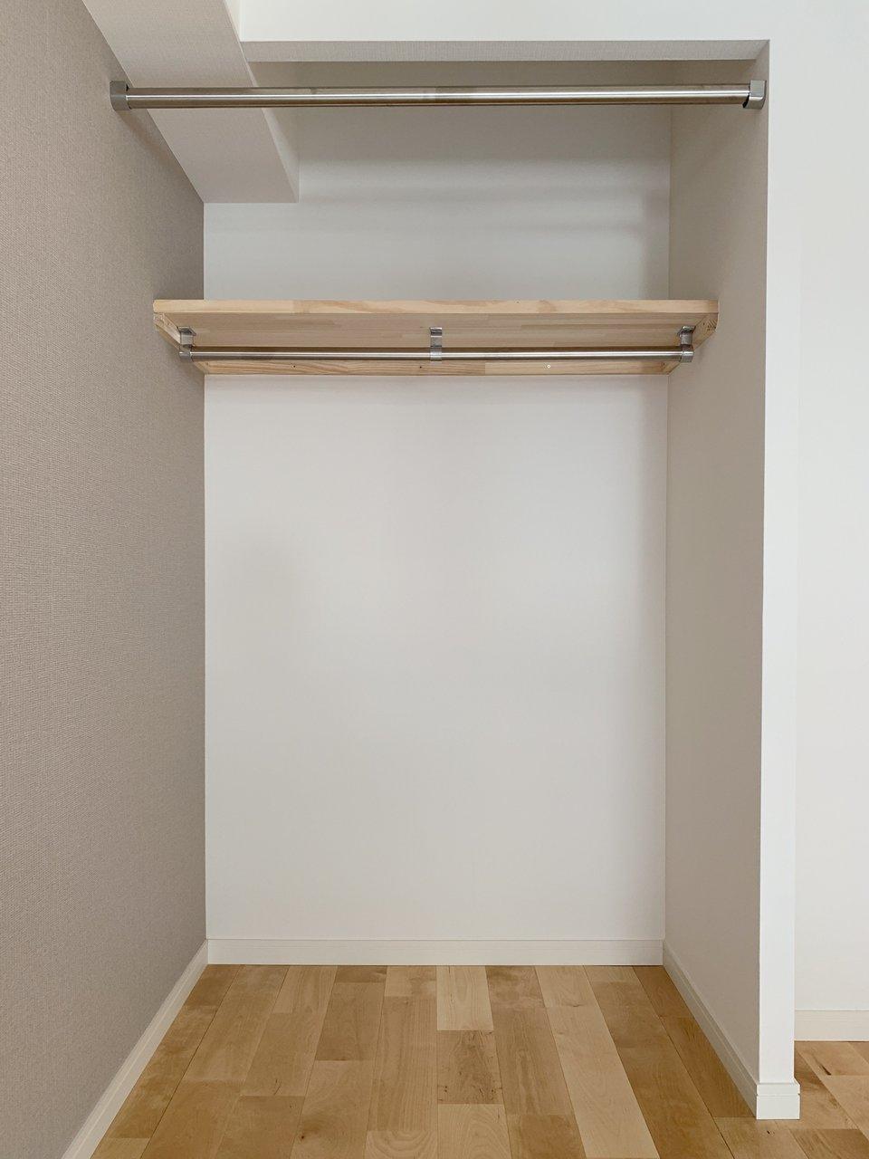収納スペースもしっかり完備。オープンタイプですがポールがついているので、目隠し用のカーテンも取り付けられます。