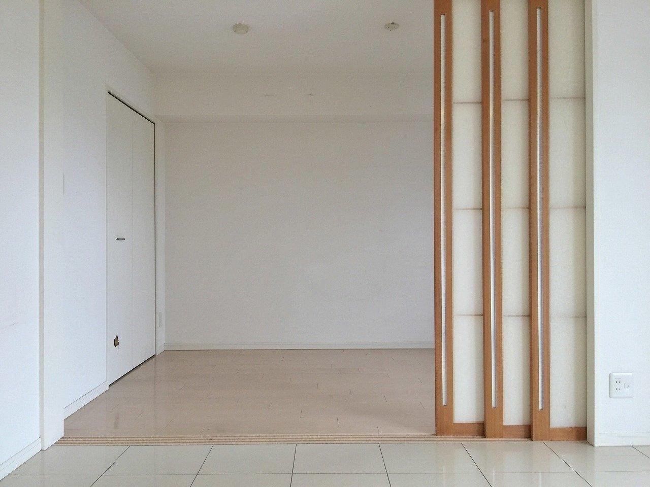 もう一つある洋室は寝室に。ダイニングキッチンとの仕切りはふすまのような和モダンなデザインになっています。