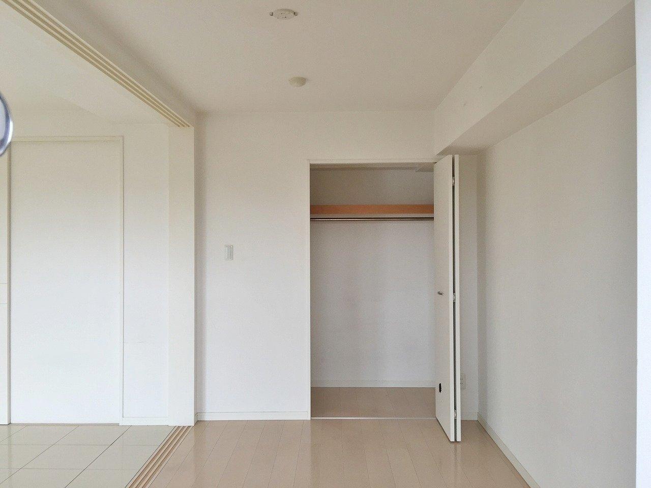 エアコンはそれぞれの部屋に1台ずつ取り付けられています。これから暑くなる季節にも、うれしい設備ですね。