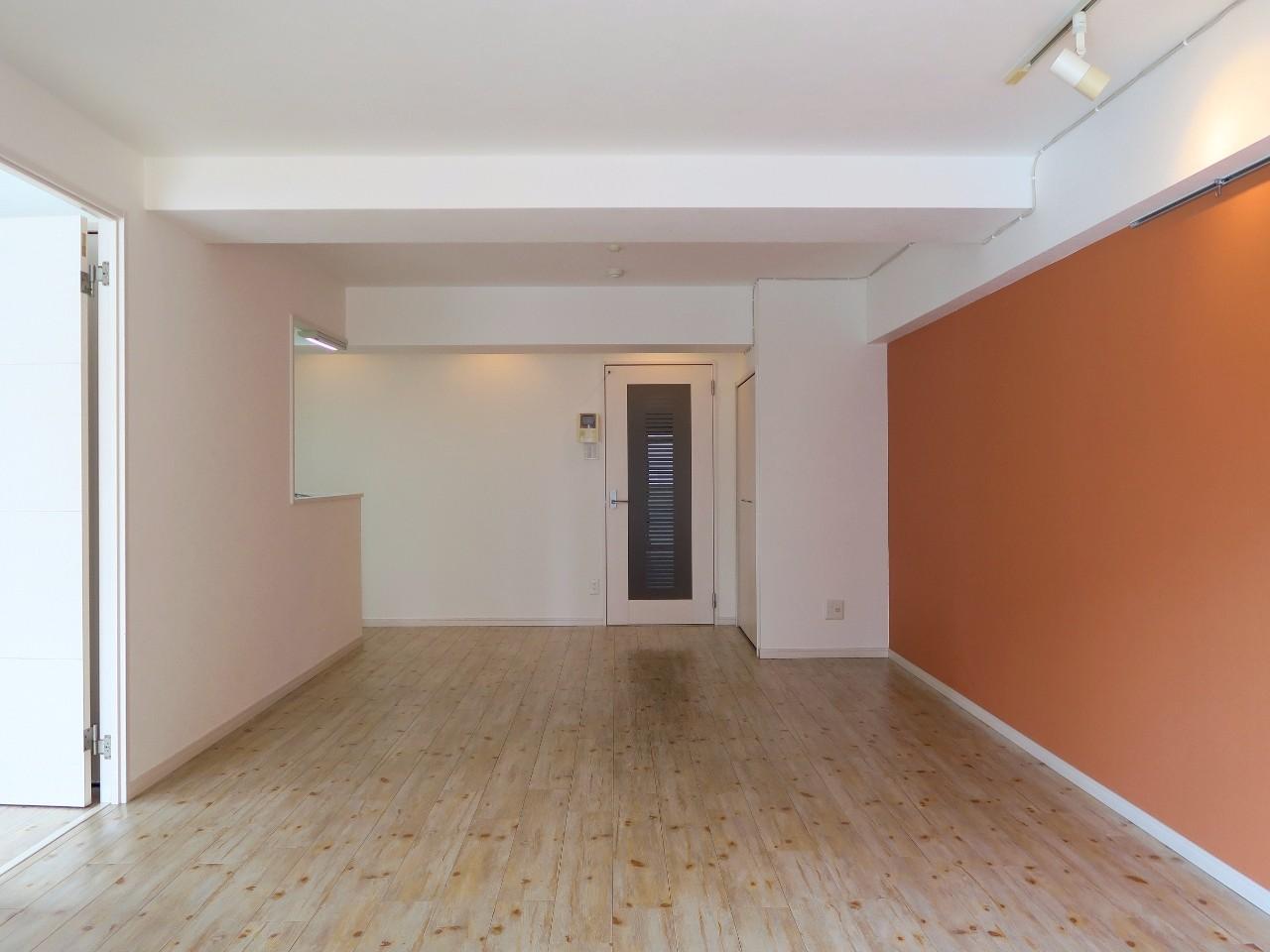 続いては21.4畳の広々リビングと、6.5畳の洋室がある1LDKタイプ。落ち着いた住宅街の中にあるリノベーション物件です。