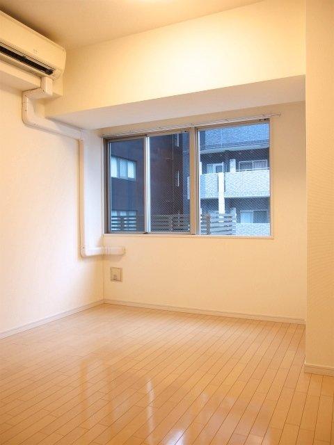 寝室に使う洋室も、7.8畳あります。ベッドだけでなく、ワークデスクなどを置いてテレワーク環境を整えることもできそうです。