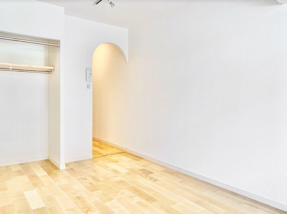 まず初めにご紹介するのは、goodroomのオリジナルリノベーション「TOMOS」デザインのお部屋です。キッチンとリビングの行き来をするところがアーチ型になっていてかわいい!