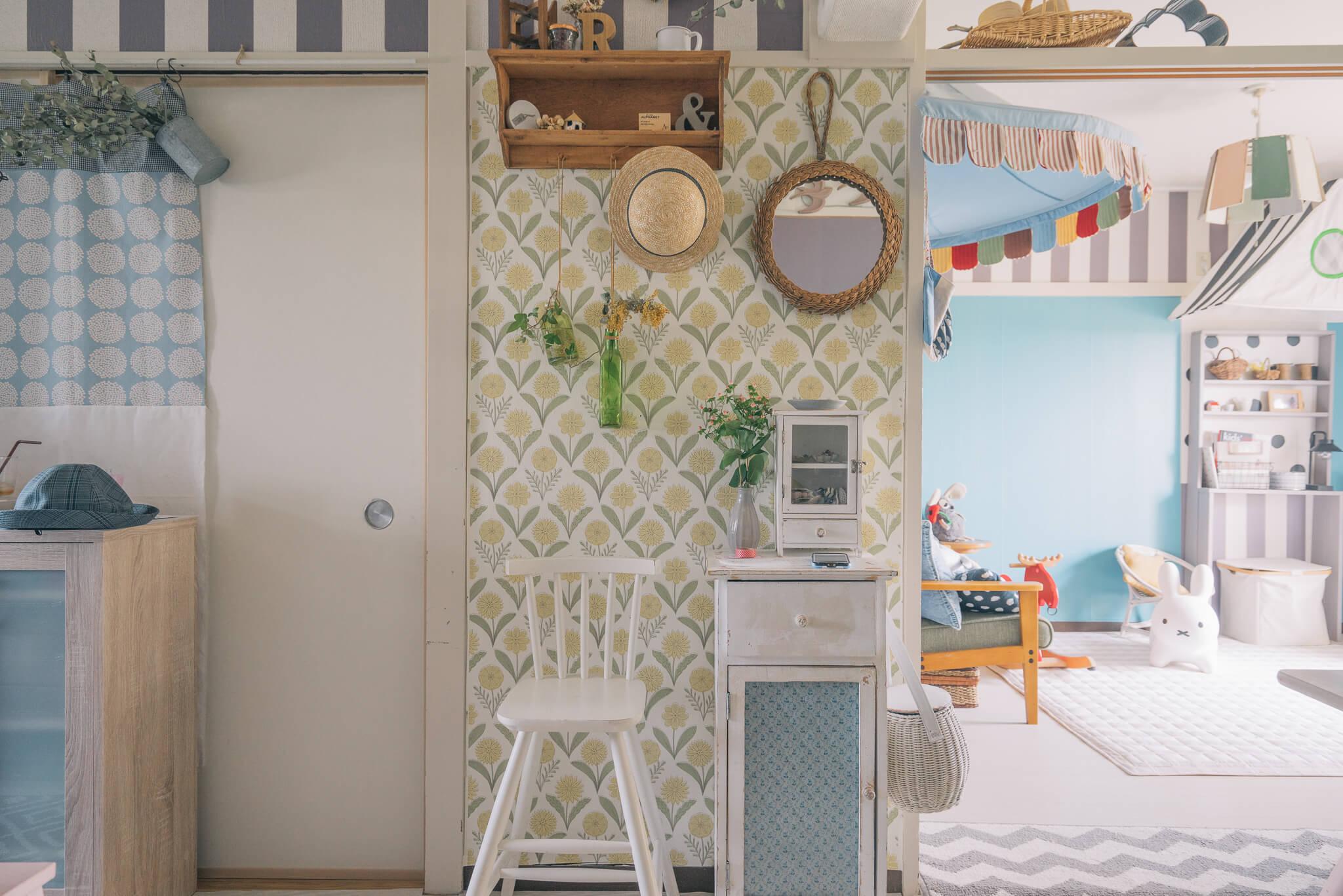 こちらの方はリビングだけでなく、お部屋に入ってすぐ目に入る玄関の壁紙も、大好きな花柄の壁紙に変更。こうした小さな場所でも、自分のテンションが上がるデザインに変えるって、きっと賃貸暮らしが楽しくなる工夫なのだと思います。(このお部屋はこちら)