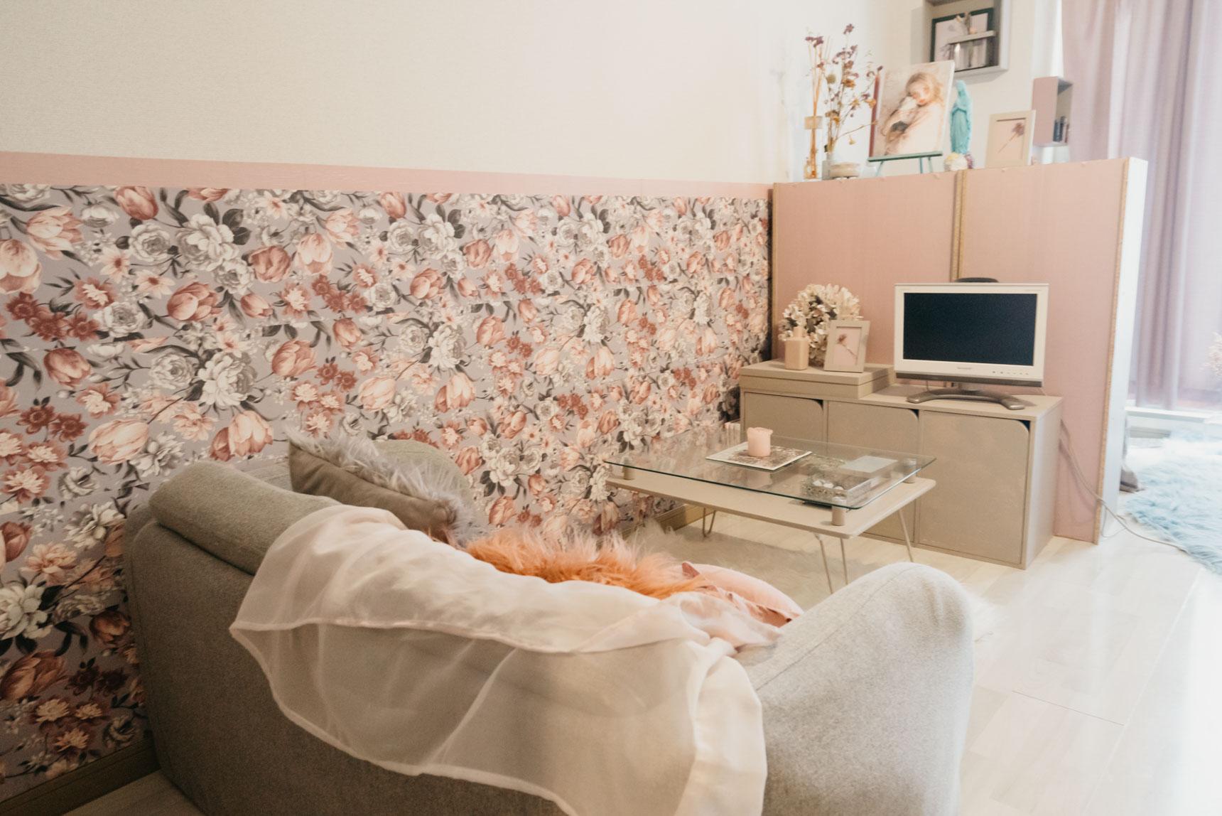 一番落ち着きたいソファ席の周りの壁下半分だけを、自分の好きな柄に変更した方の事例。好きな柄物を取り入れるだけで、お部屋への愛着度が変わりそうですね。(このお部屋はこちら)
