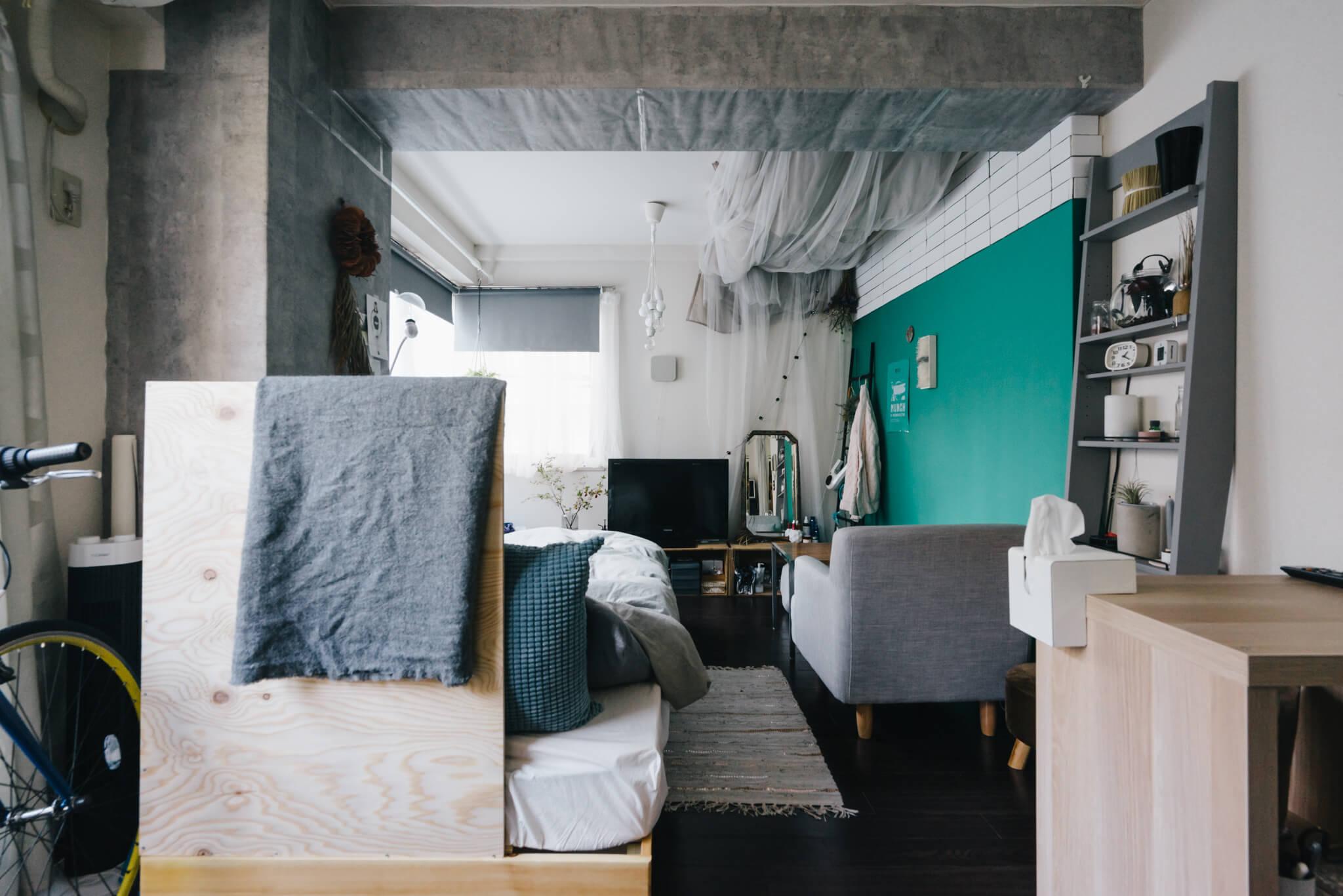 小面積からでもできるのが、壁紙DIYのいいところ。こちらのお部屋は、全体的にグレーの色味で統一した後、鮮やかなグリーンを差し色にいれました。狭い面積であれば、気分次第で何度も変えられるのでいいですよね。(このお部屋はこちら)