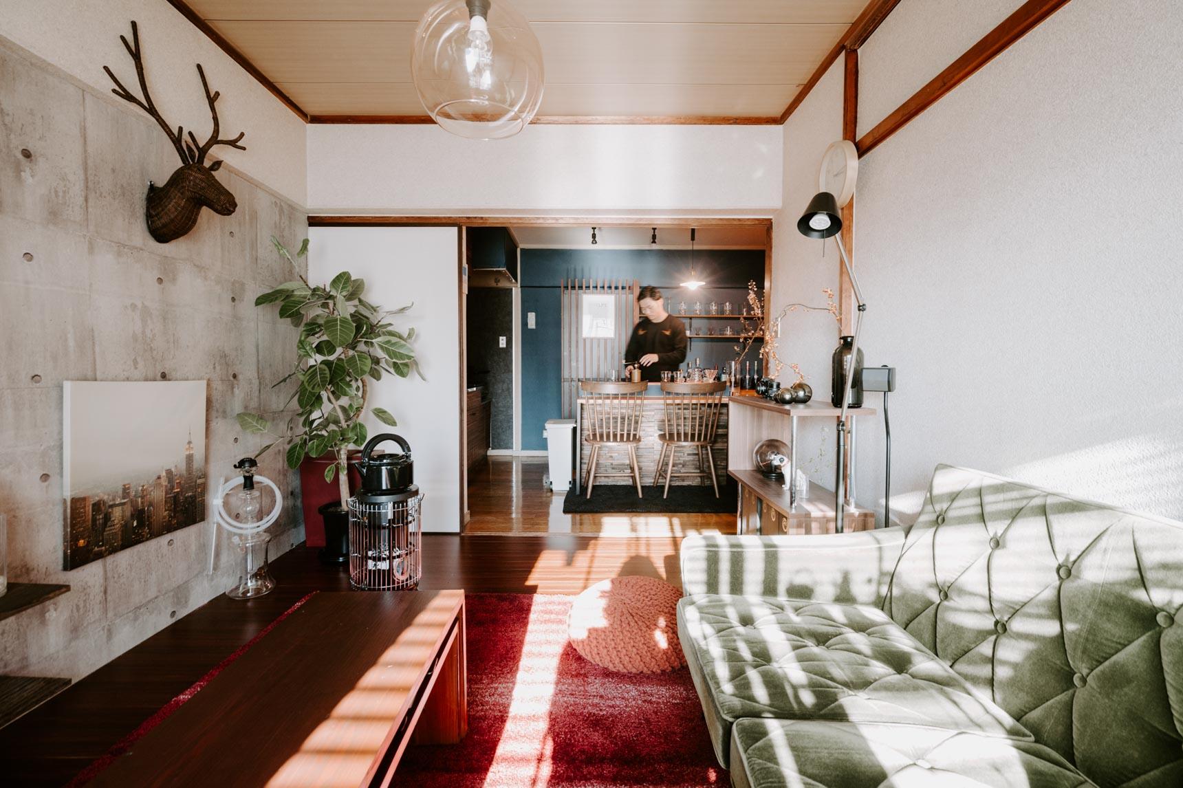 かっこよく見せたい時は、コンクリート打ちっぱなし風の壁紙に変えることで、部屋全体をクールな印象に仕上げることもできます。たった一面だけなのに、受ける印象がガラッと変わりますね。(このお部屋はこちら)