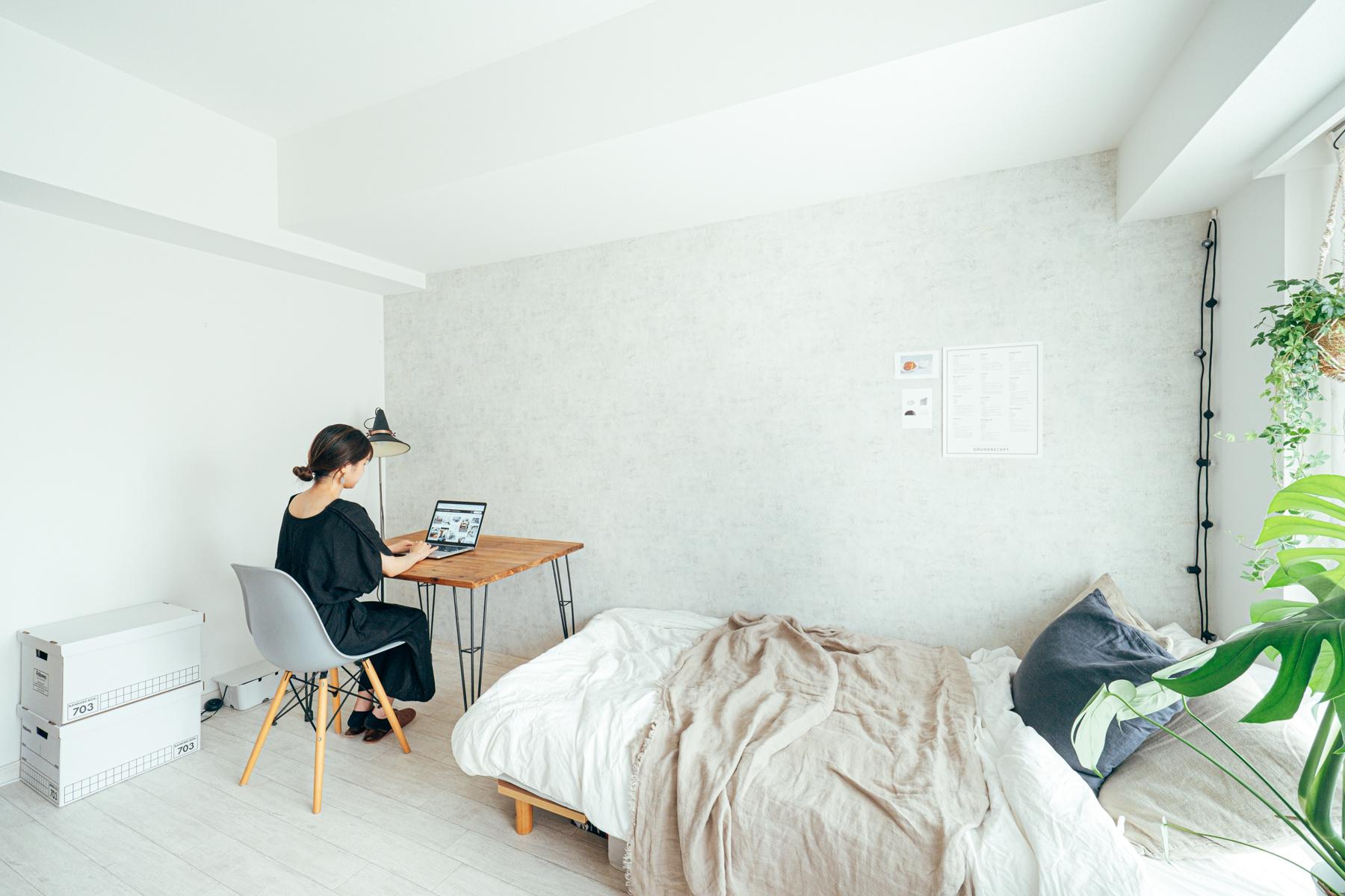同じ壁紙でも、色味ではなく質感を変える、というアイディアも。こちらのお部屋はシンプルな白をベースとしていますが、テクスチャーが入っていて、違った印象に見えますね。(このお部屋はこちら)