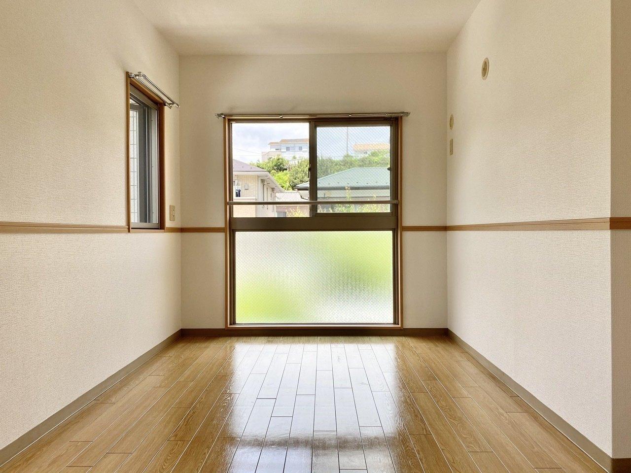 もう一方の洋室も窓が大きくありましたよ。いつもワンルームで暮らしていた方は、ベッドの場所と、リビングを分けられるだけでうれしいですよね。