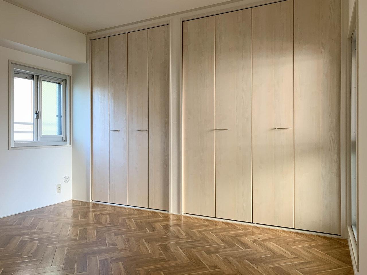 もう一つのお部屋は寝室に。ヘリンボーンの床がおしゃれです。収納スペースも横に広々とあって便利そう。