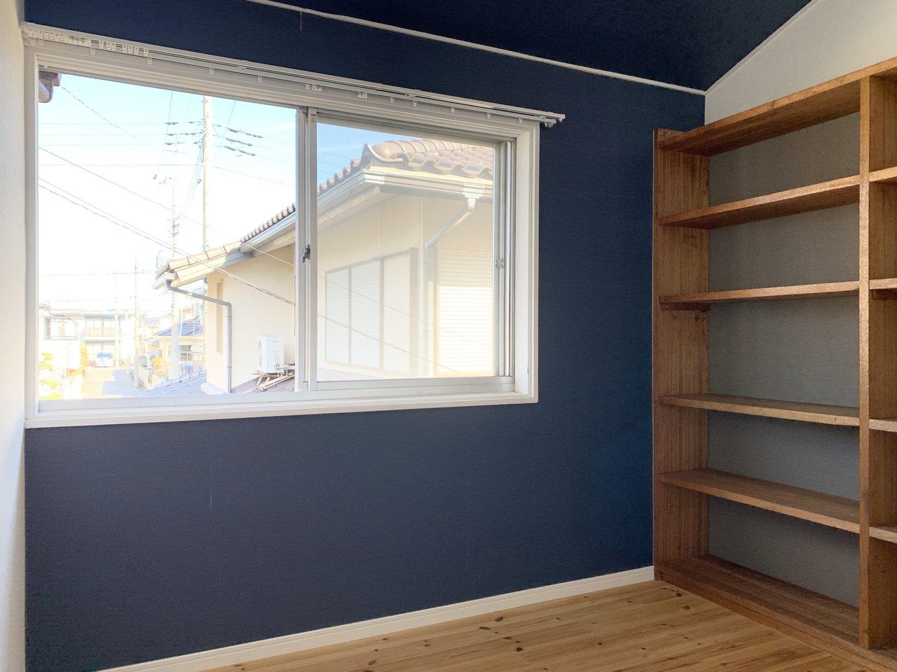 そしておすすめは、こちらの書斎。シックな色味の壁紙は、集中力も上がりそう。何より大容量の本棚つきなのがうれしい!窓もあるので、自然光の中で仕事が捗りそうですね。