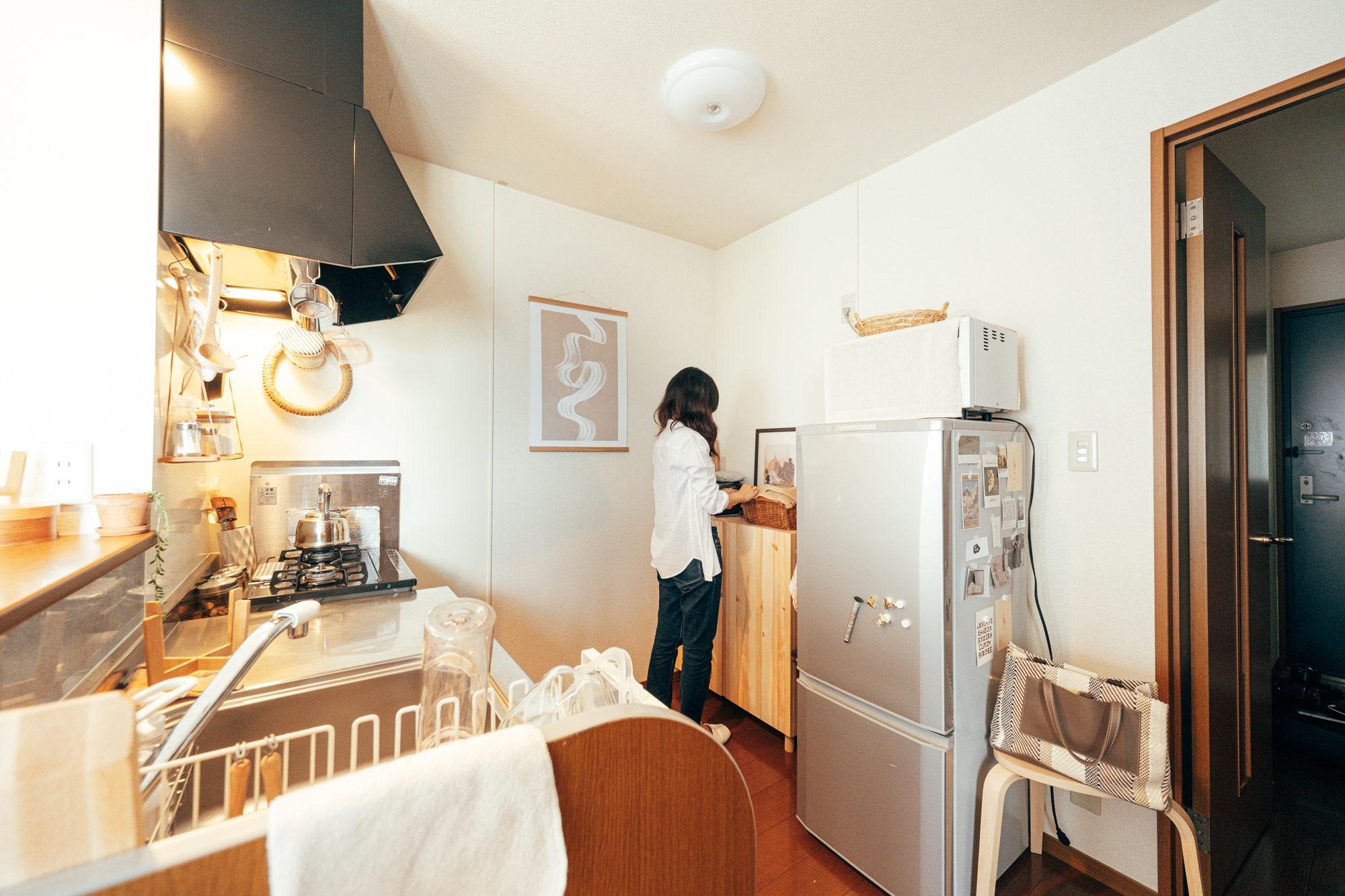 対面の食器棚はIKEAのIVARシリーズのキャビネットにホームセンターで購入した脚をつけて