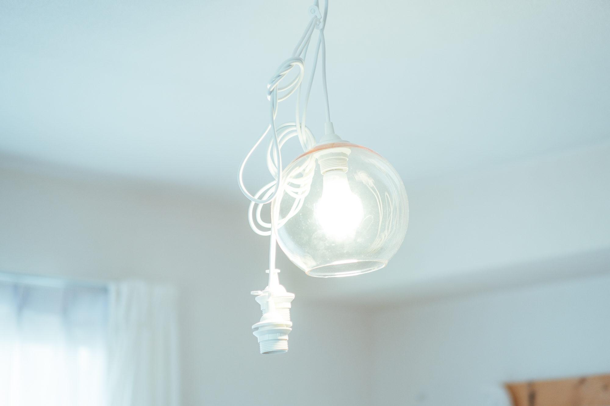 メインの照明はIKEAのスマート照明を使い、オンオフはもちろん、明るさや暖色寒色の切り替えも可能。