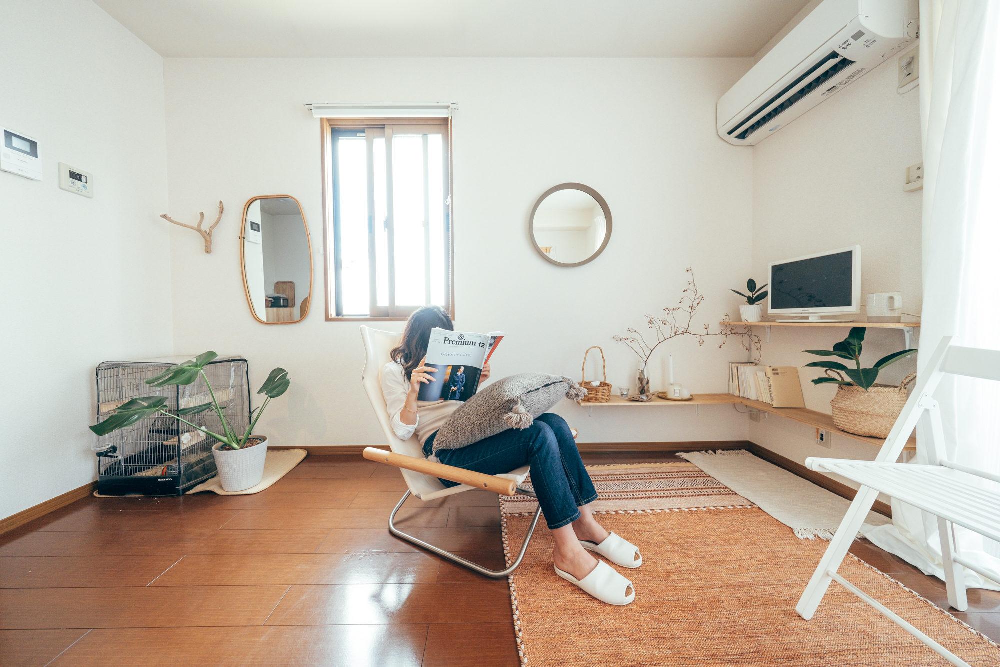 テレビや雑誌、パソコンで映画を楽しむ居間の空間には、最近購入されたというニーチェアがありました。 「ネットで見つけて一目惚れでした模様替えもよくするので移動しやすいくて良いです。」