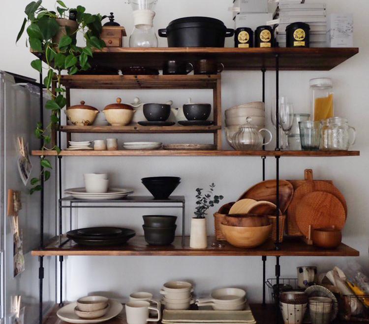 「こんな棚があったら素敵だな」と思わず憧れてしまう食器棚もDIY!素敵な器は益子の陶器市や東京蚤の市などに足を運んで、作家さんから直接買われたものも多いそう。イイホシユミコさん、高塚和則さん、小沢賢一さんのカッティングボードなど。お母様のご出身地である沖縄のやちむんも多くあります。
