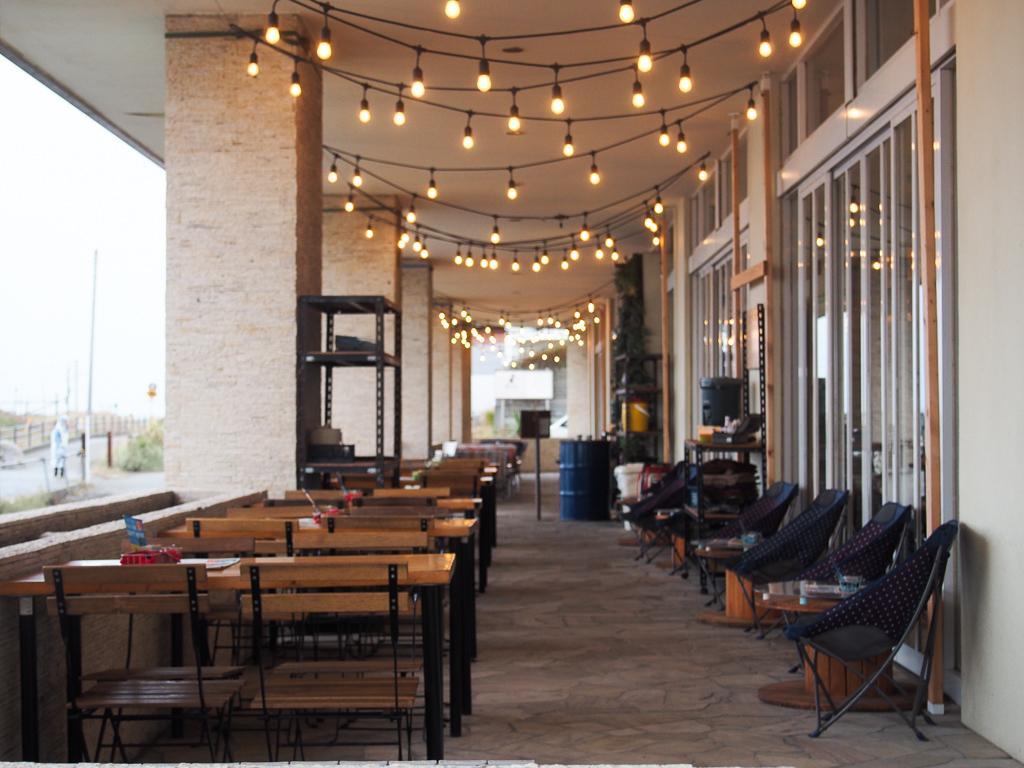 海沿いの「サザンビーチカフェ」。ここには自粛期間中も多くの人が、ソーシャルディスタンスを保ちながら、思い思いの時間を過ごしていらっしゃったとか。