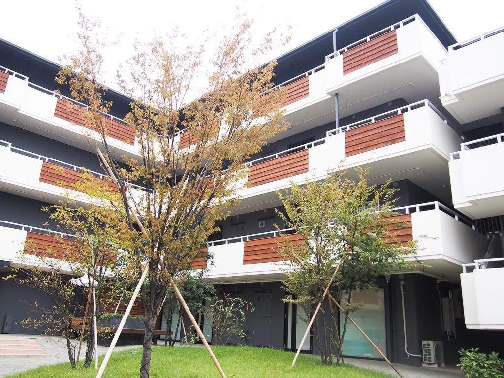リノベーションされたファミリー向けマンションの敷地内には、カフェやイベントスペースなど、暮らしに寄り添う施設が充実しています。