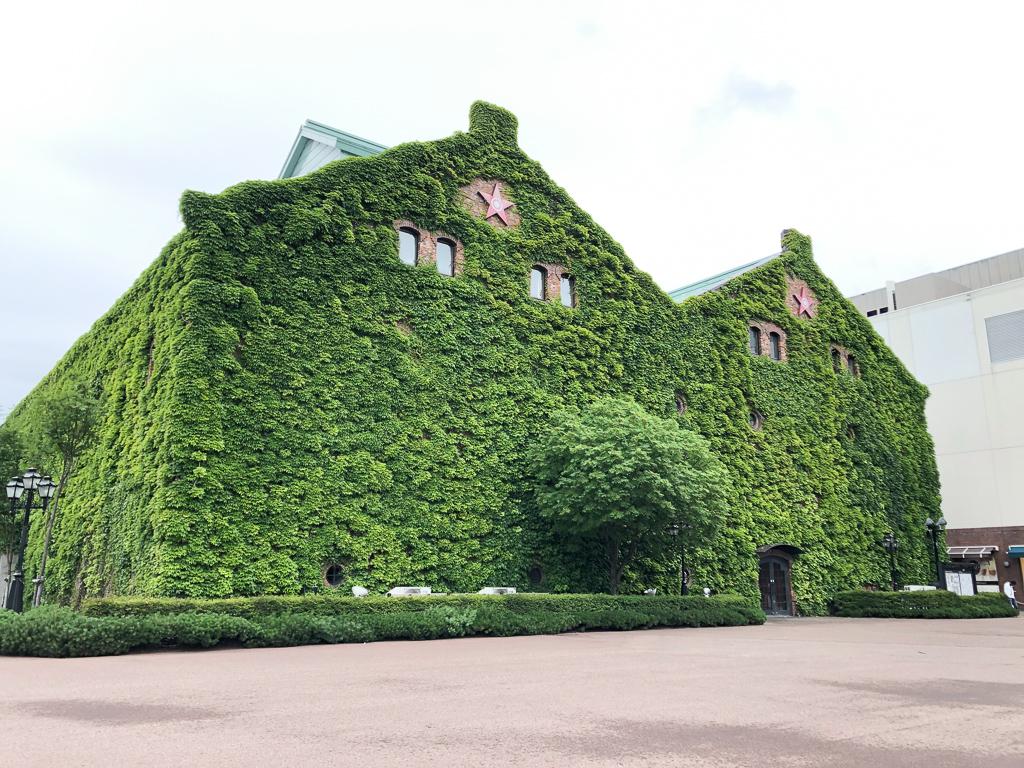 特にサッポロファクトリーのレンガ館は、歴史を感じさせる荘厳な雰囲気。