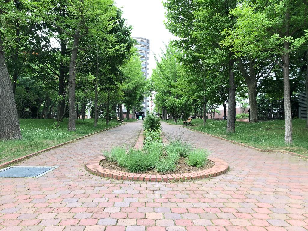 ファクトリーでたくさん遊んだ後は近くの永山記念公園で一休み。たくさんの緑に囲まれてホッと一息つける静かで素敵な公園です。公園内にある永山邸はカフェにもなっているので、こちらでお茶でもしながら景色を楽しむのもいいですね。