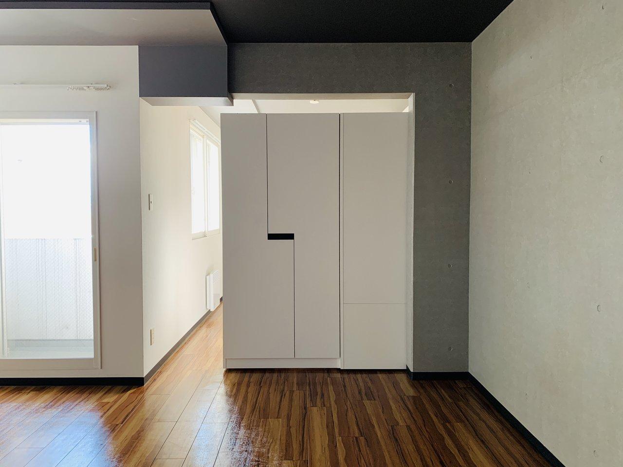 リビングと洋室は基本的にはつながっていますが、こうして可動式の収納棚を移動させることで仕切りすることも。急な来客の際にも安心です。