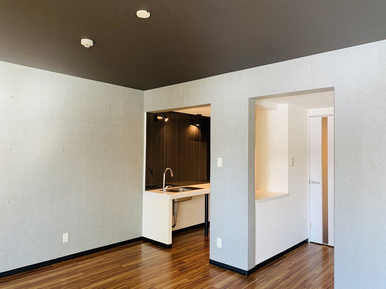 こちらも1LDKのお部屋。ブラウンやグレーなど、落ち着いた色合いの内装デザインで、大人っぽい雰囲気。