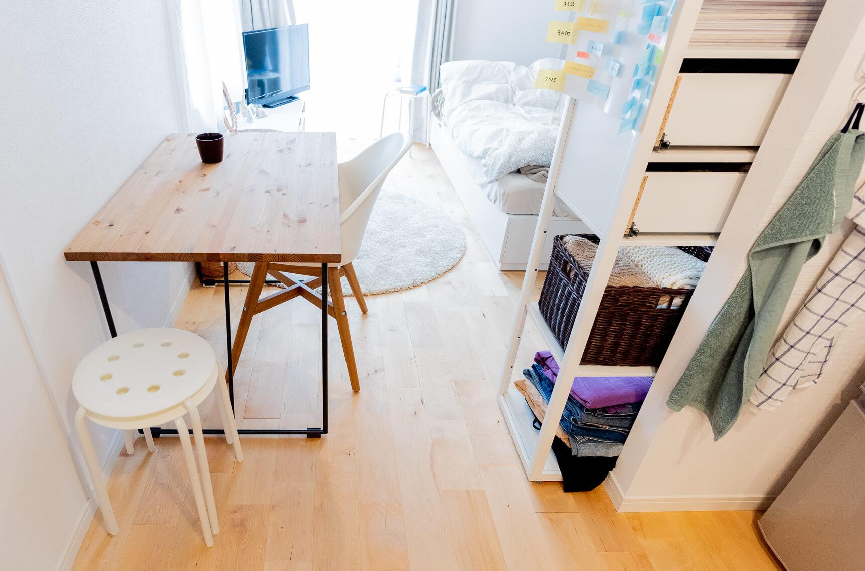 比較的大きめのテーブルですが、あえてこの位置に配置することで、コンパクトタイプのワンルームの空間を有効活用していらっしゃいます。
