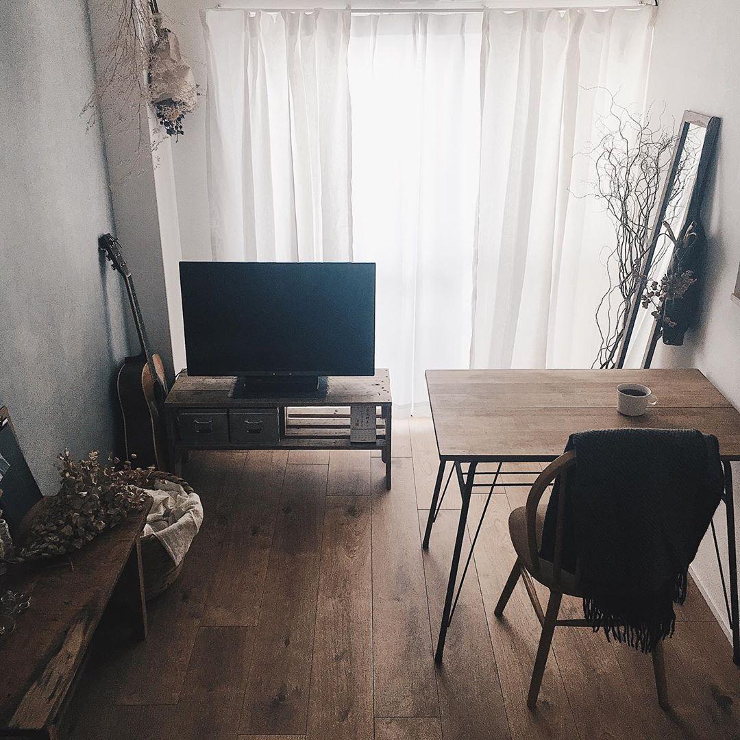 ローテーブルをなくして、一人だけが座れるコンパクトタイプのテーブルにすれば、ワンルームでも十分広さを保って生活できますね。