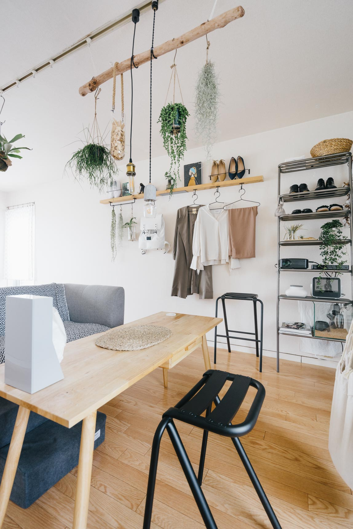 テーブルは少し高さのあるものをチョイス。あまり物を置かないスタイルの方のお部屋とあって、大き目のインテリアがあっても圧迫感がありませんね。