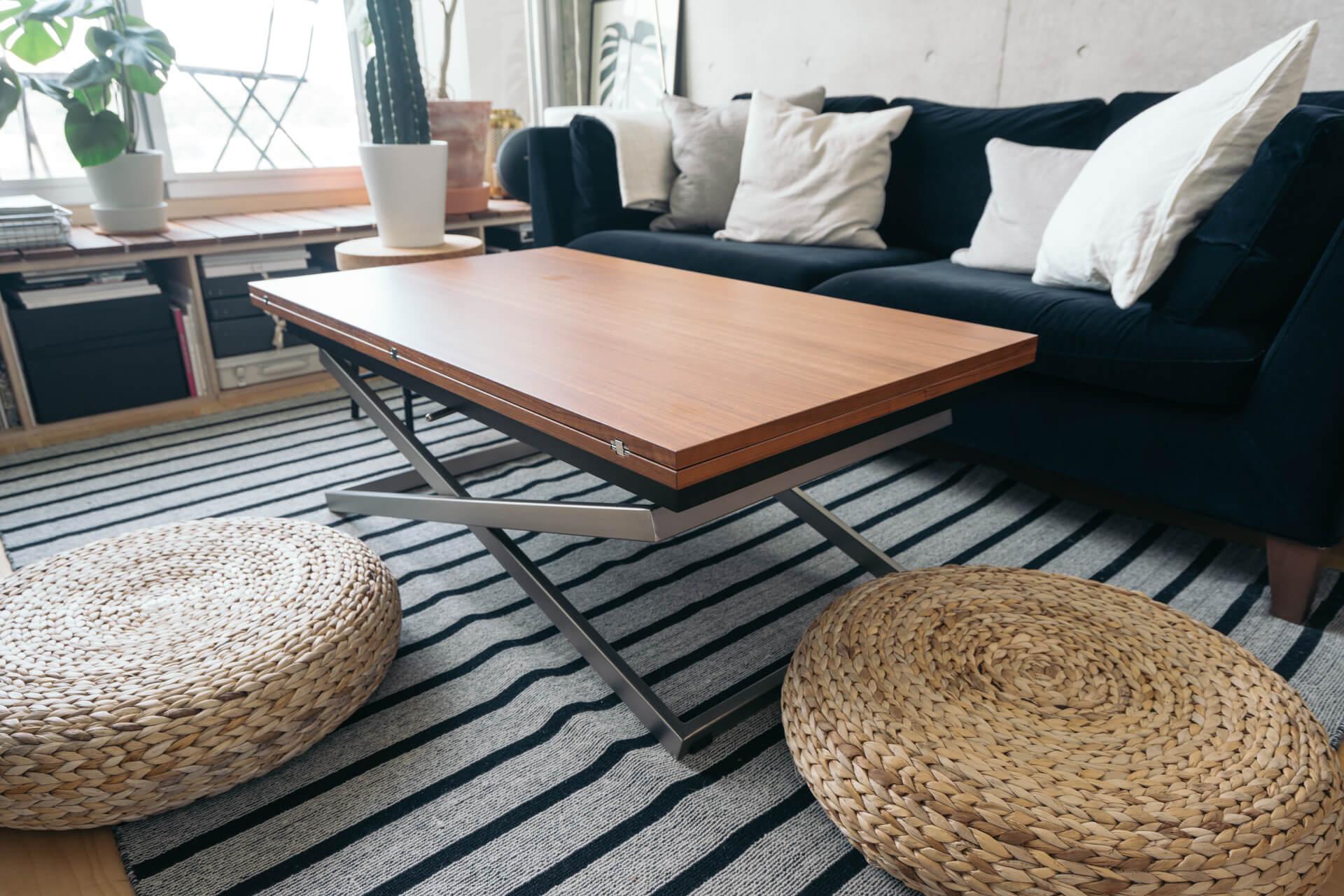 こちらも高さを調節できるBO CONCEPTのダイニングテーブル。