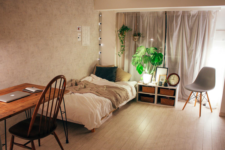ローテーブルがないタイプのお部屋。椅子も背もたれに高さがあってゆとりがあっていいですね。