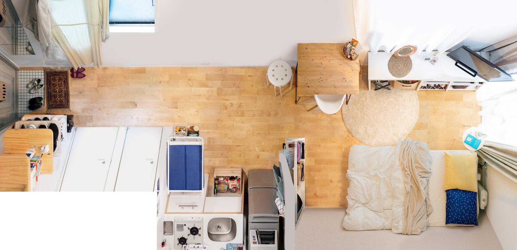 一人用のテーブルを、キッチンとリビングの間に配置した事例