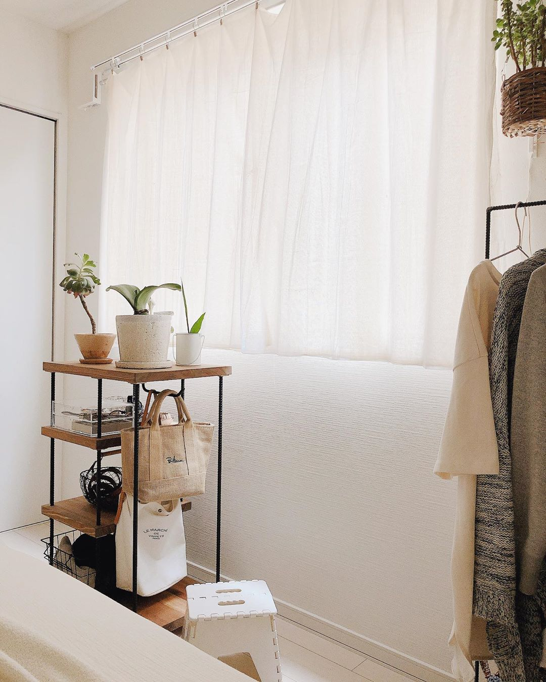 洋服をかけているハンガーラックと、窓際のワゴンは、リビングの棚と同じく作家さんにお願いし作ってもらったもの。何度も打ち合わせを重ねてイメージ通りのものに仕上げてもらった、こだわりのものです。