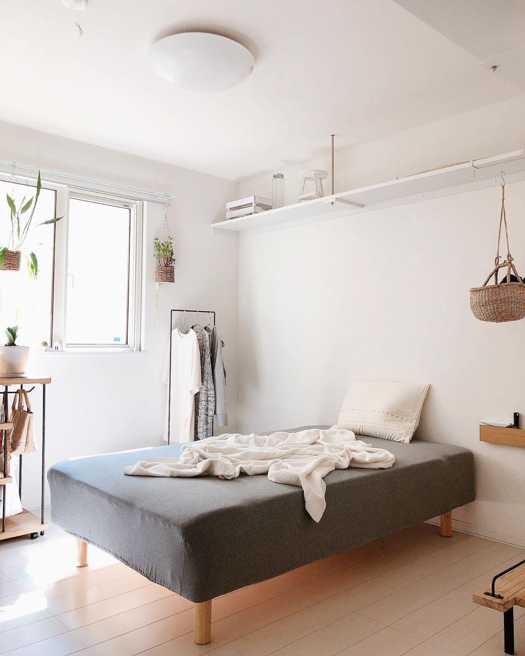 ベッドは、無印良品の足つきマットレス。「部屋の隅にくっつけるのではなく、真ん中に置いてみたら、意外としっくりきました」とのことですが、なるほど、ベッドをあえて主役に持ってくることで、空間のメリハリが効いていますよね。