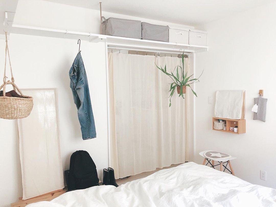 """同じく、「壁に付けられる家具」でシンプルに作られたドレッサースペースも素敵ですね。「こっちの方がいいな」と思ったらすぐに配置を変えたり、別の用途で使ってみたりと、暮らしの""""アップデート""""はベッドルームでも繰り返されています。"""