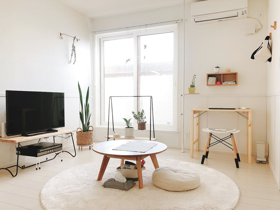 床が白いことで明るく見えるリビング。置いてある家具にもとても統一感があります。
