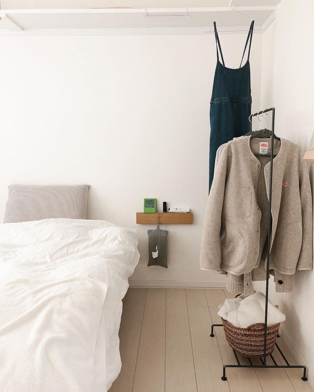 ベッドの横には無印良品の「壁に付けられる家具」を使って、サイドテーブルがわりに。これは真似したいアイディア。