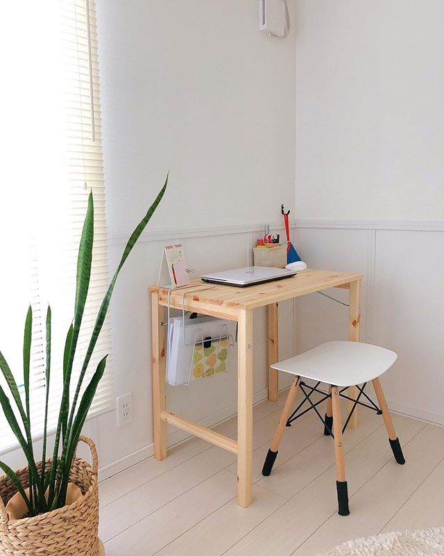 無印良品のテーブルにネットで買ったスツールを合わせて、勉強用のスペースに。