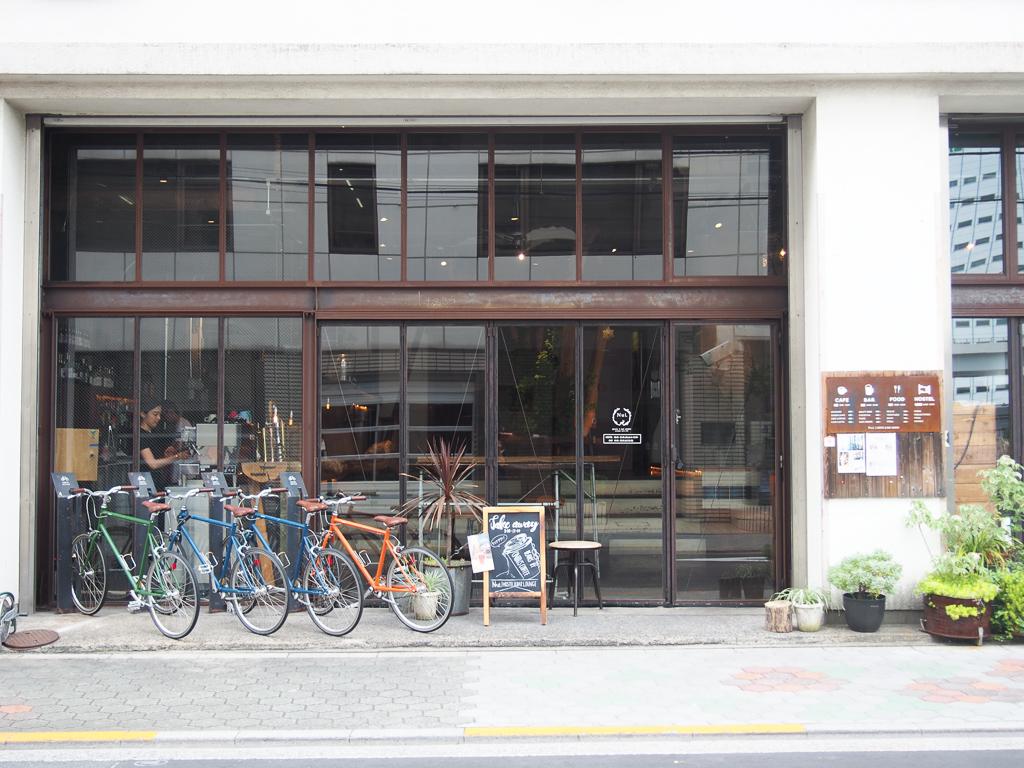 カフェ&バー、ゲストハウスの「Nui」。元町工場をリノベーションして生まれたスポット。カチクラエリアにはこうしたお店がたくさんあります。(カチクラエリアのおすすめ情報はこちら https://www.goodrooms.jp/journal/?p=32739)
