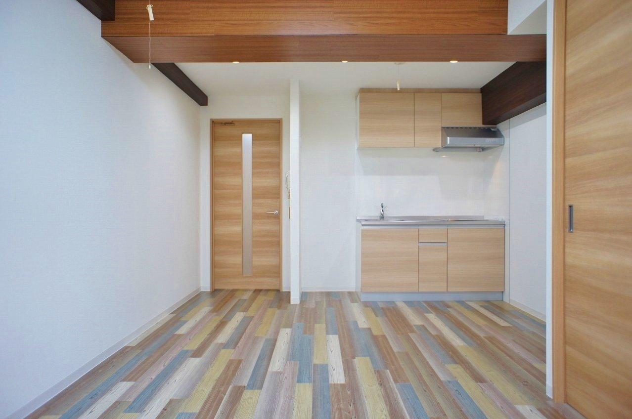 個性的なデザインの床が特徴のワンルーム。リノベーションされているので、設備は一通り綺麗になっています。