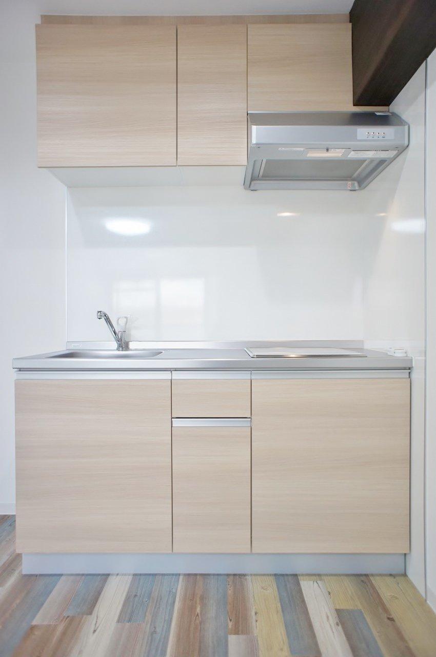キッチンもナチュラルなテイストに。IH2口コンロ、収納力もたっぷりあって、自炊もはかどりそうです。