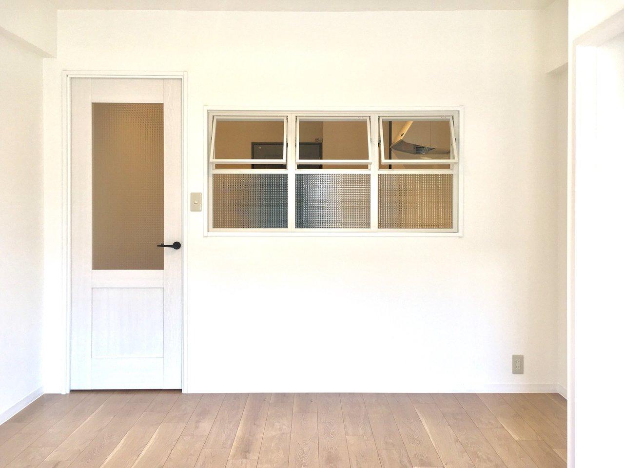 随所にかわいらしいデザインが施されている、1DKのお部屋。ダイニングとお部屋を分ける壁には小さな窓が3つありました。