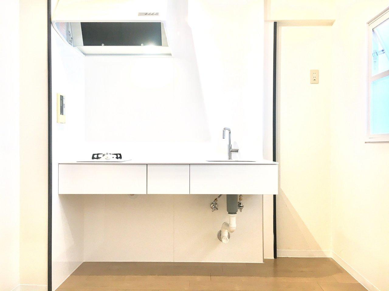 キッチンは白を基調としたナチュラルスタイル。壁面をうまく使って、収納スペースを確保しましょう。