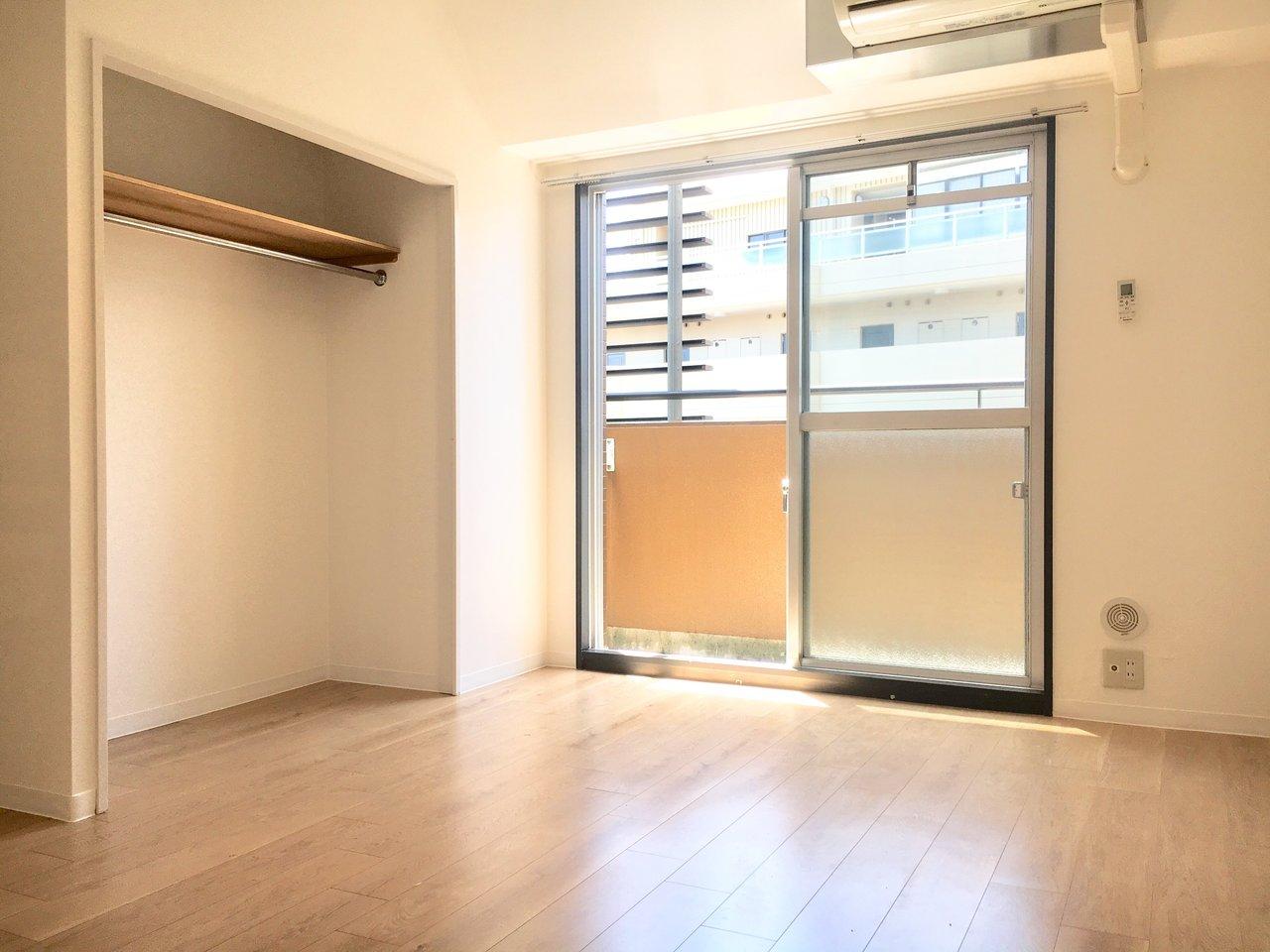 白と茶を中心としたリビングには、明るい陽射しが入り込みます。収納スペースはオープンタイプ。横幅があるので一人暮らしの荷物は十分入りそう。
