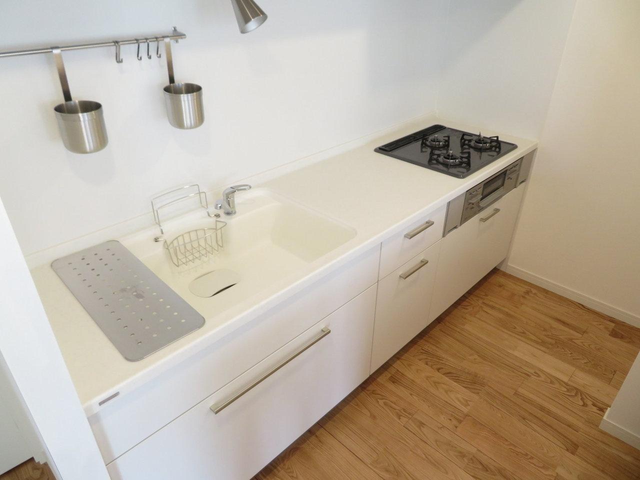 キッチンもおしゃれなデザインで生まれ変わっています。これだけ広ければ、二人で立っても狭さを感じなさそうです。