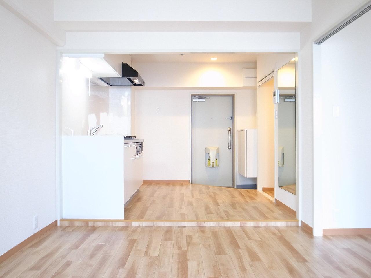 最後は中崎町徒歩5分の所にある、1LDKのお部屋。玄関を開ければすぐにキッチンリビングとつながった開放的な景色が待っています。
