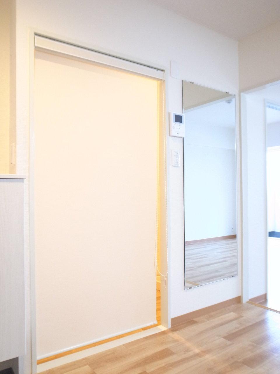 サニタリースペースとの境にはロールカーテンが。扉よりも圧迫感がないので、開放的に感じられていいですね。