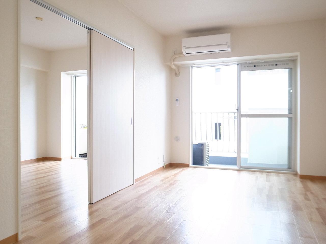 フルリノベーションされているので、室内はとっても綺麗。もう一つの洋室はリビングの隣り合わせになっているので、扉を開け放して使ってもいいですね。